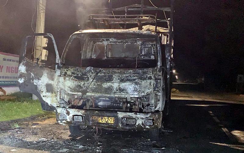Bình Thuận xe tải đang chạy bốc cháy trên QL28 - ảnh 2