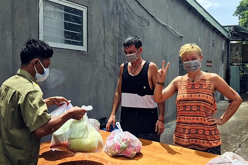 Bình Thuận: Tặng gạo, rau củ cho 36 người nước ngoài ở trong khu phong tỏa - ảnh 8