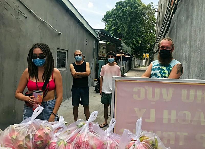 Bình Thuận: Tặng gạo, rau củ cho 36 người nước ngoài ở trong khu phong tỏa - ảnh 1