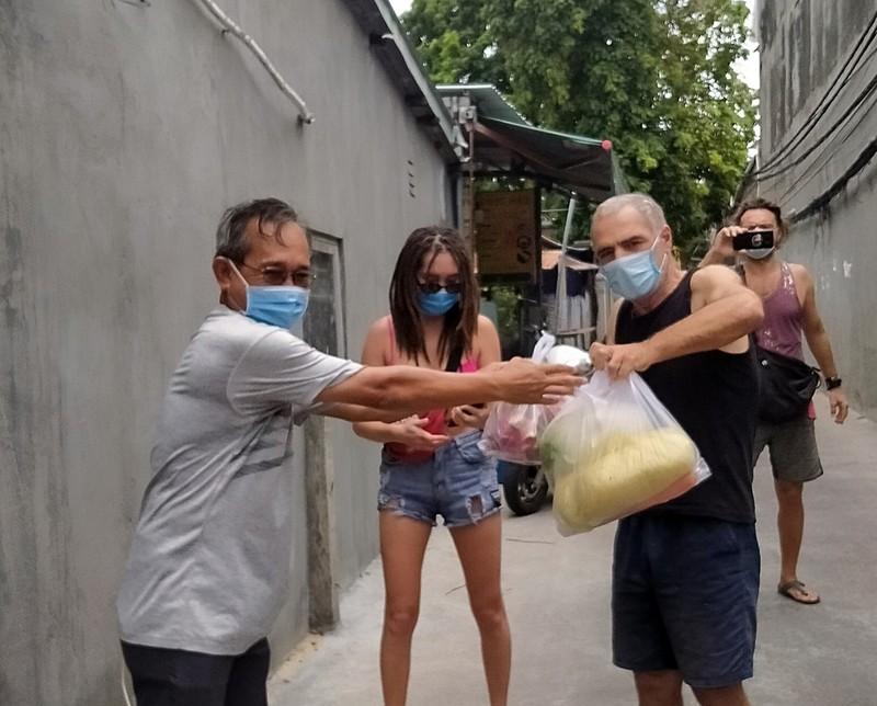Bình Thuận: Tặng gạo, rau củ cho 36 người nước ngoài ở trong khu phong tỏa - ảnh 2