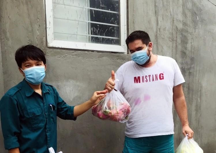 Bình Thuận: Tặng gạo, rau củ cho 36 người nước ngoài ở trong khu phong tỏa - ảnh 3