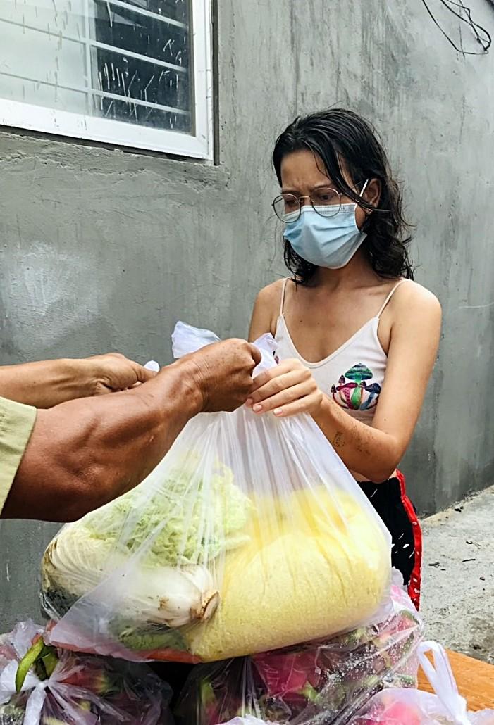 Bình Thuận: Tặng gạo, rau củ cho 36 người nước ngoài ở trong khu phong tỏa - ảnh 4