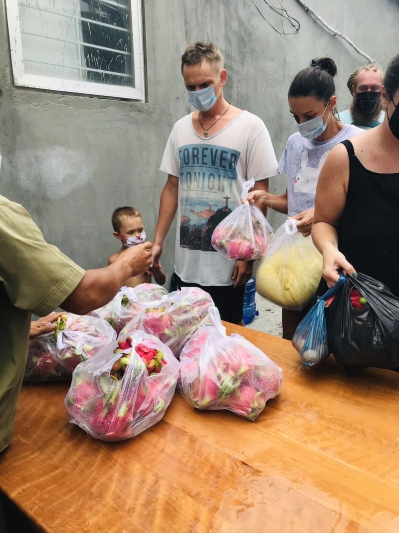 Bình Thuận: Tặng gạo, rau củ cho 36 người nước ngoài ở trong khu phong tỏa - ảnh 6