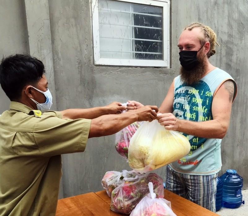Bình Thuận: Tặng gạo, rau củ cho 36 người nước ngoài ở trong khu phong tỏa - ảnh 7