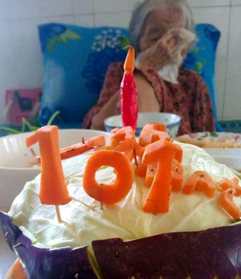 Xúc động chiếc bánh sinh nhật tặng mẹ già 101 tuổi trong khu phong tỏa - ảnh 1