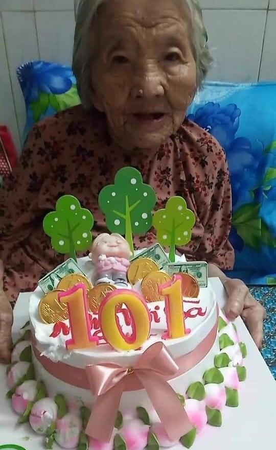Xúc động chiếc bánh sinh nhật tặng mẹ già 101 tuổi trong khu phong tỏa - ảnh 3