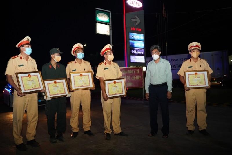 Khen thưởng trong đêm Tổ CSGT phát hiện 15 người trong thùng xe đông lạnh - ảnh 2