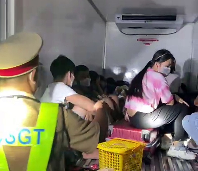 Sốc: 15 người có cả trẻ em trong thùng xe đông lạnh 'thông chốt' - ảnh 2