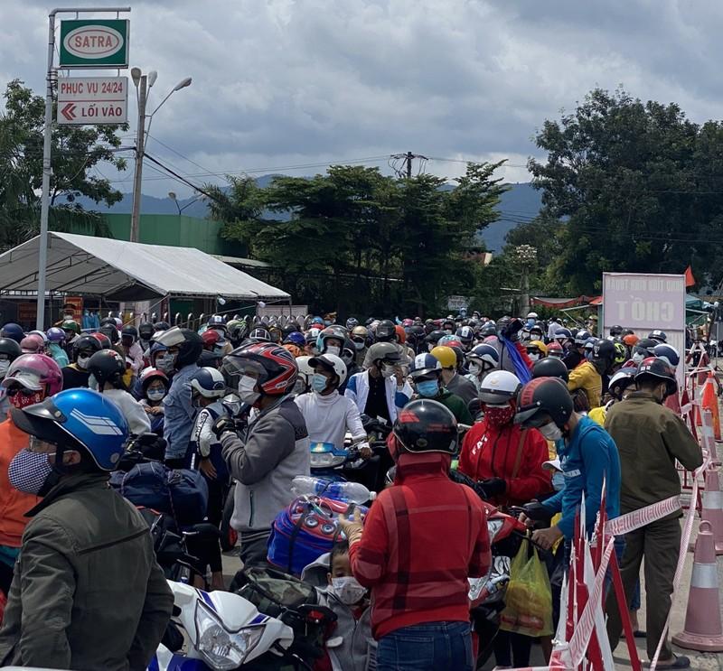 CSGT 3 tỉnh đưa hàng ngàn công nhân từ Đồng Nai về Ninh Thuận - ảnh 2