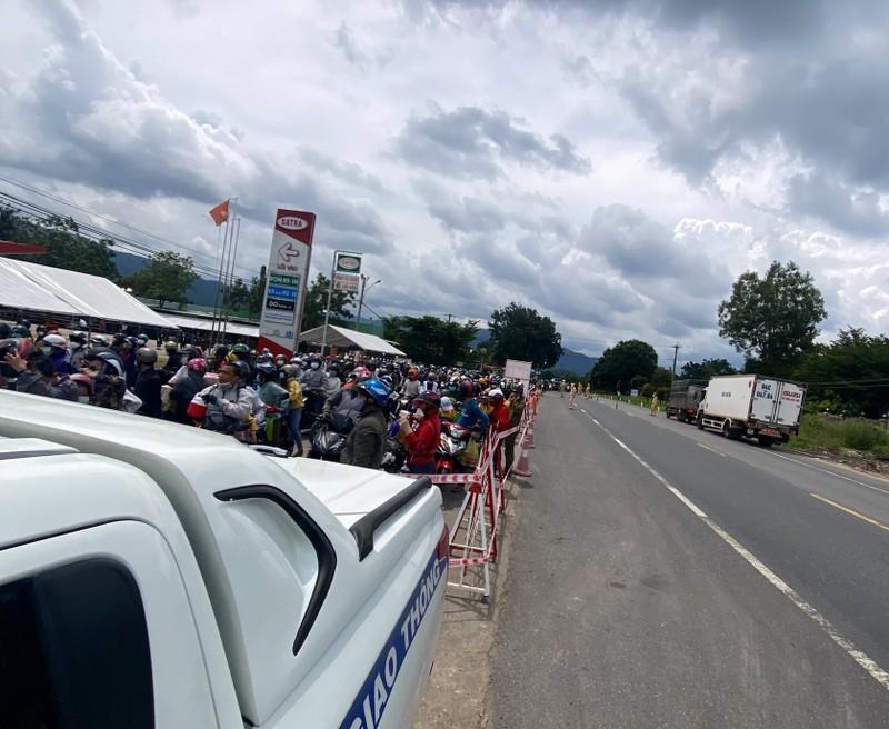 CSGT 3 tỉnh đưa hàng ngàn công nhân từ Đồng Nai về Ninh Thuận - ảnh 3