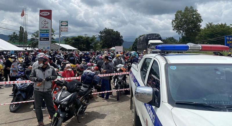 CSGT 3 tỉnh đưa hàng ngàn công nhân từ Đồng Nai về Ninh Thuận - ảnh 4