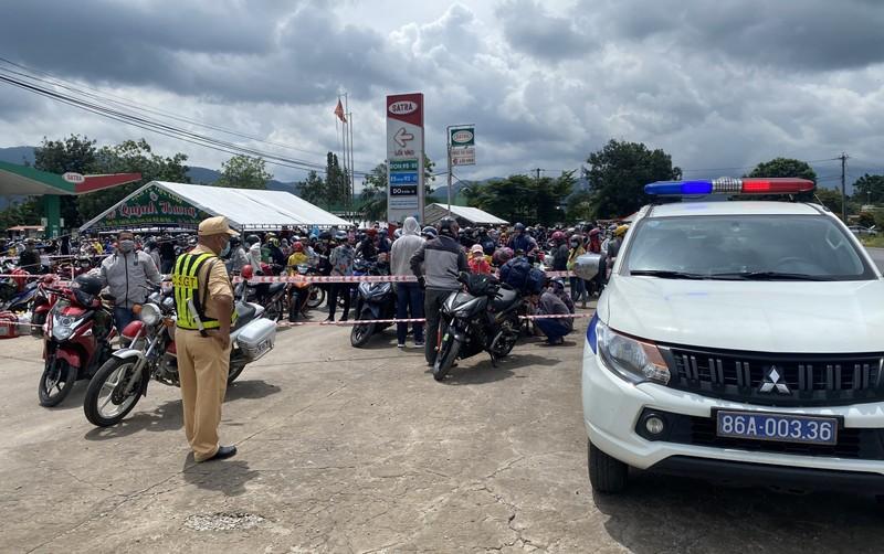 CSGT 3 tỉnh đưa hàng ngàn công nhân từ Đồng Nai về Ninh Thuận - ảnh 5