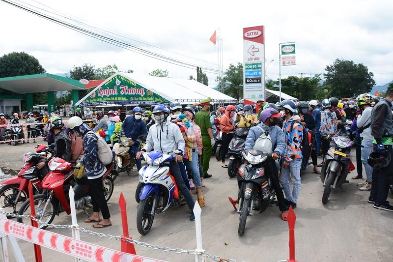 CSGT 3 tỉnh đưa hàng ngàn công nhân từ Đồng Nai về Ninh Thuận - ảnh 6