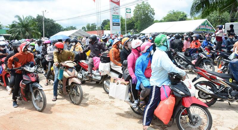 CSGT 3 tỉnh đưa hàng ngàn công nhân từ Đồng Nai về Ninh Thuận - ảnh 1