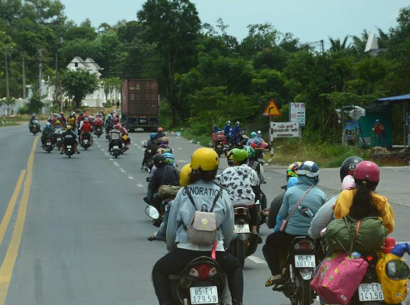 CSGT 3 tỉnh đưa hàng ngàn công nhân từ Đồng Nai về Ninh Thuận - ảnh 7