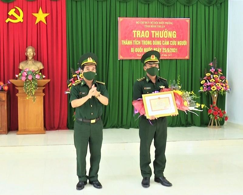 Khen thưởng Trung úy Biên phòng dũng cảm cứu người giữa vùng nước xoáy - ảnh 1