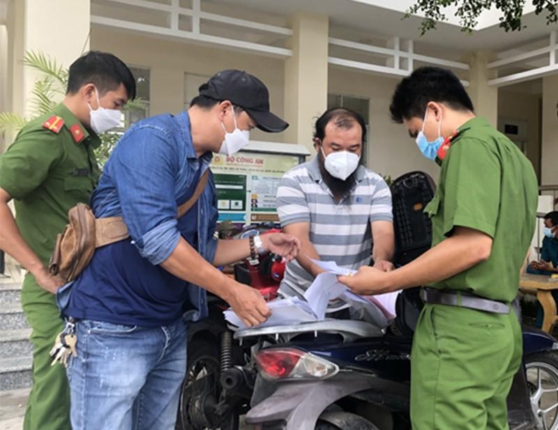 Nhóm làm phiếu xét nghiệm giả ở TP Phan Thiết in cả giấy thông hành - ảnh 1