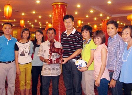 HLV Trần Vân Phát trong buổi chia tay các nữ cầu thủ Việt Nam