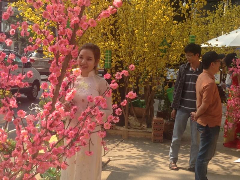 Người đẹp khoe sắc cùng hoa tết Ất Mùi - ảnh 7
