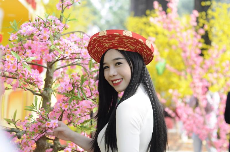 Người đẹp khoe sắc cùng hoa tết Ất Mùi - ảnh 20