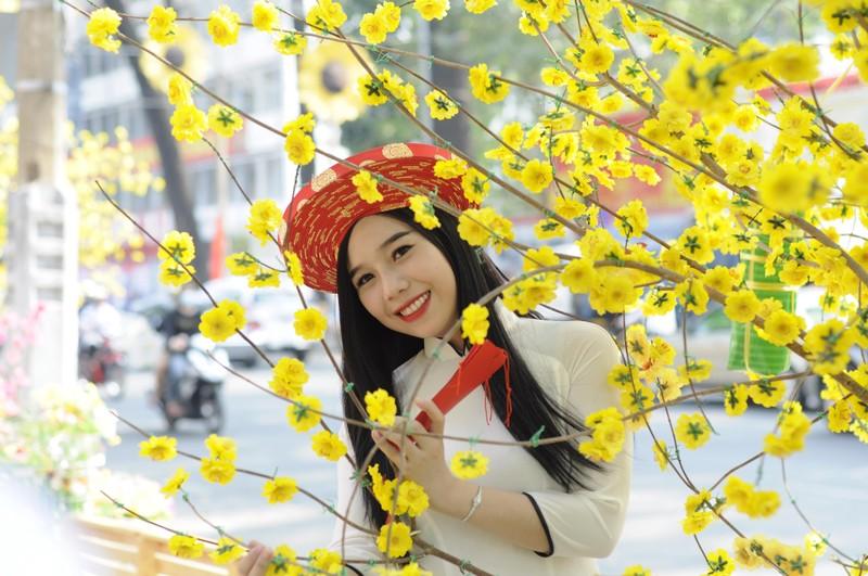 Người đẹp khoe sắc cùng hoa tết Ất Mùi - ảnh 21