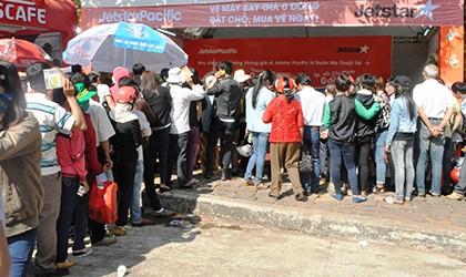 Xếp hàng nhận vé máy bay 0 đồng tại Lễ hội Cà phê Buôn Ma Thuột - ảnh 1