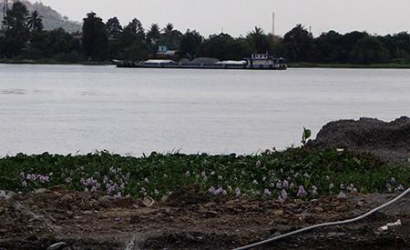 Cảnh lấp sông Đồng Nai trước giờ tạm ngưng - ảnh 10
