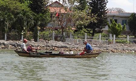 Cảnh lấp sông Đồng Nai trước giờ tạm ngưng - ảnh 1