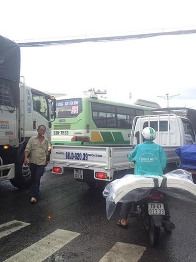 Đường tắc vì mưa lớn, đèn giao thông không hoạt động - ảnh 6