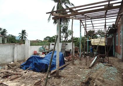Mưa giông, lốc xoáy bất ngờ, 99 căn nhà bị hư hỏng - ảnh 1