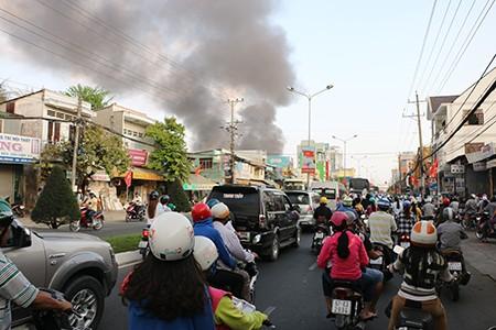 Cháy lớn, kho phế liệu chứa vỏ xe ô tô cũ bị thiêu rụi - ảnh 1