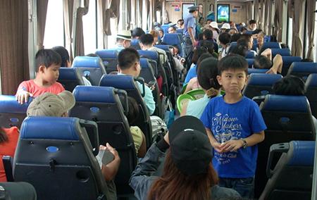 Một ngày hơn 6.100 khách đi tàu ngoại ô Sài Gòn - Dĩ An - ảnh 1