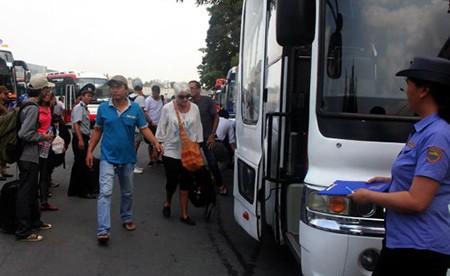 Một ngày hơn 6.100 khách đi tàu ngoại ô Sài Gòn - Dĩ An - ảnh 2