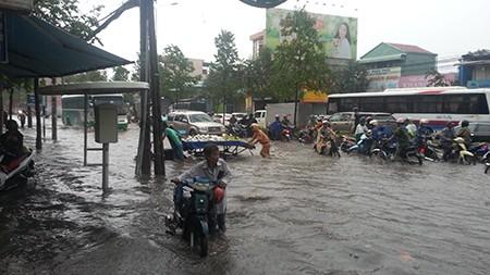 Cảnh sát giao thông Biên Hòa giúp dân trong cơn mưa lớn - ảnh 2