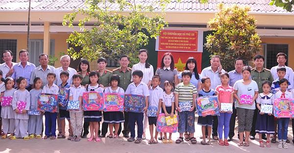 Trao quà cho học sinh nghèo hiếu học Tiền Giang - ảnh 1