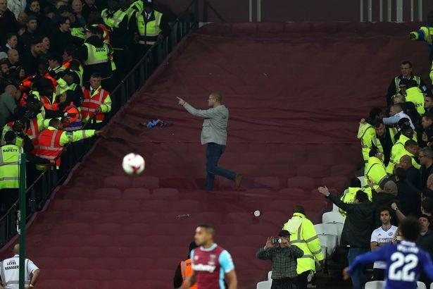 CĐV Chelsea và West Ham ẩu đả ngay trên sân - ảnh 11