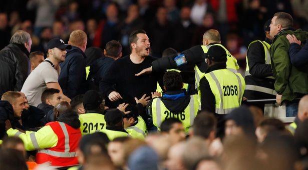 CĐV Chelsea và West Ham ẩu đả ngay trên sân - ảnh 14