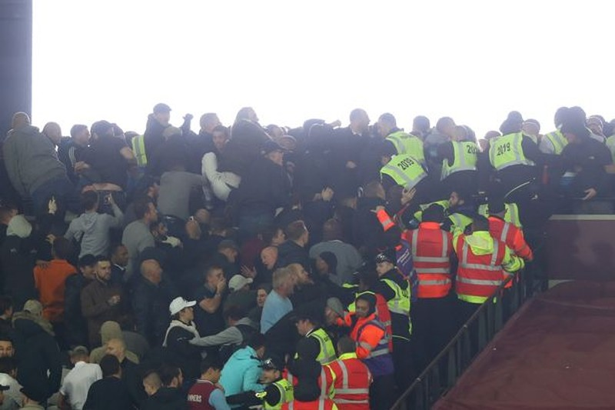 CĐV Chelsea và West Ham ẩu đả ngay trên sân - ảnh 15