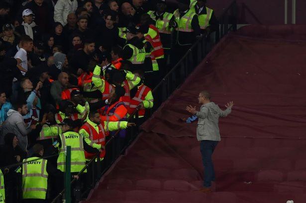 CĐV Chelsea và West Ham ẩu đả ngay trên sân - ảnh 12