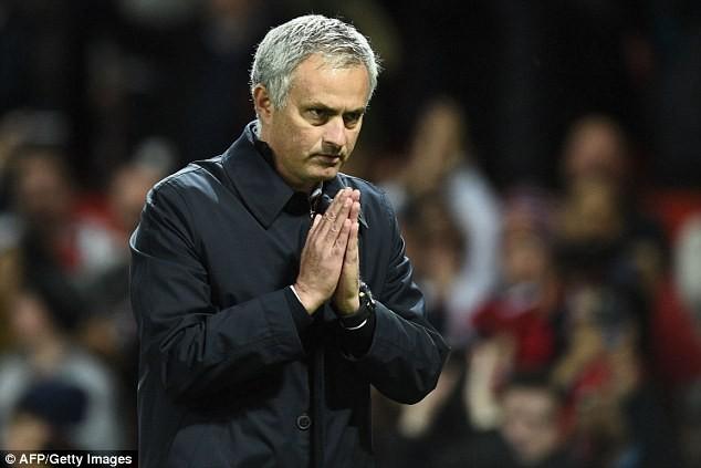 Mourinho chắp tay xin lỗi mong được CĐV MU tha thứ - ảnh 2