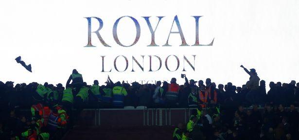CĐV Chelsea và West Ham ẩu đả ngay trên sân - ảnh 6