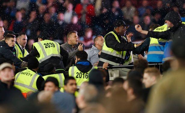 CĐV Chelsea và West Ham ẩu đả ngay trên sân - ảnh 7