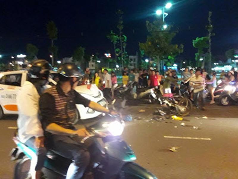 Taxi lấn trái tông ba cha con bị thương nặng - ảnh 1