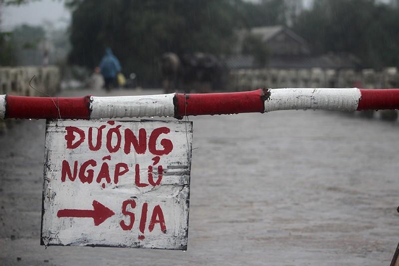 Thừa Thiên-Huế ngập nặng, có nơi phải đi lại bằng xuồng - ảnh 2