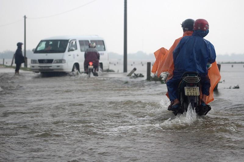Thừa Thiên-Huế ngập nặng, có nơi phải đi lại bằng xuồng - ảnh 3