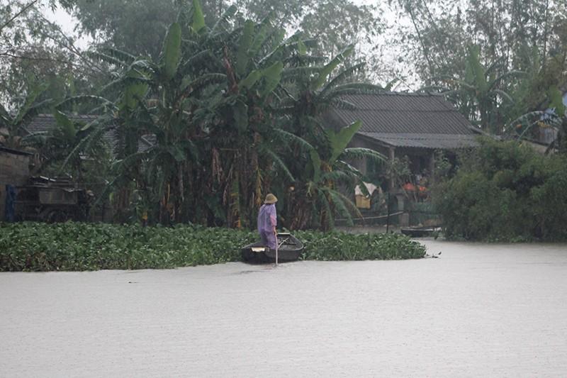 Thừa Thiên-Huế ngập nặng, có nơi phải đi lại bằng xuồng - ảnh 6