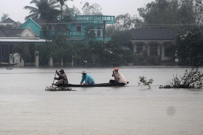 Thừa Thiên-Huế ngập nặng, có nơi phải đi lại bằng xuồng - ảnh 7