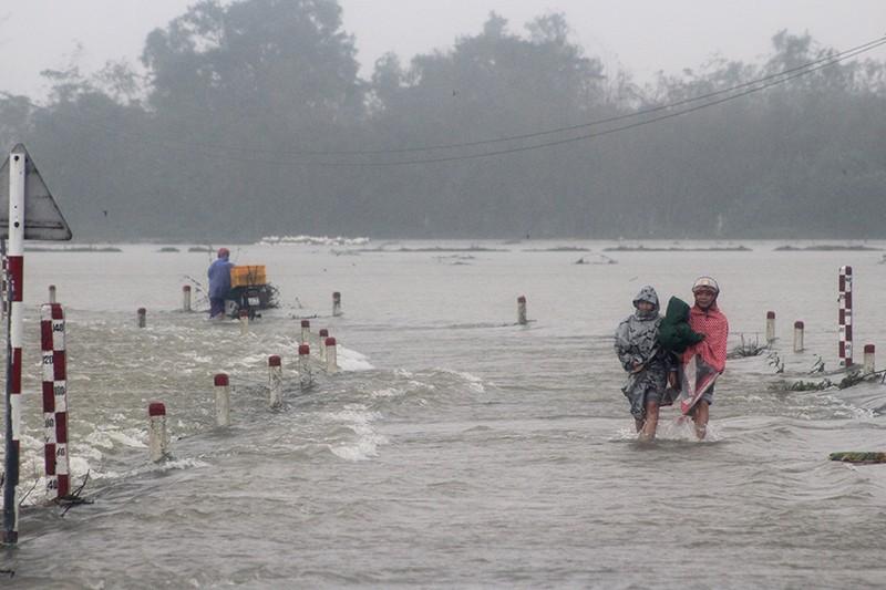 Thừa Thiên-Huế ngập nặng, có nơi phải đi lại bằng xuồng - ảnh 8