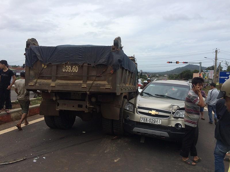 Chuẩn bị dừng đèn đỏ, ô tô 7 chỗ bị xe tải tông nát - ảnh 2