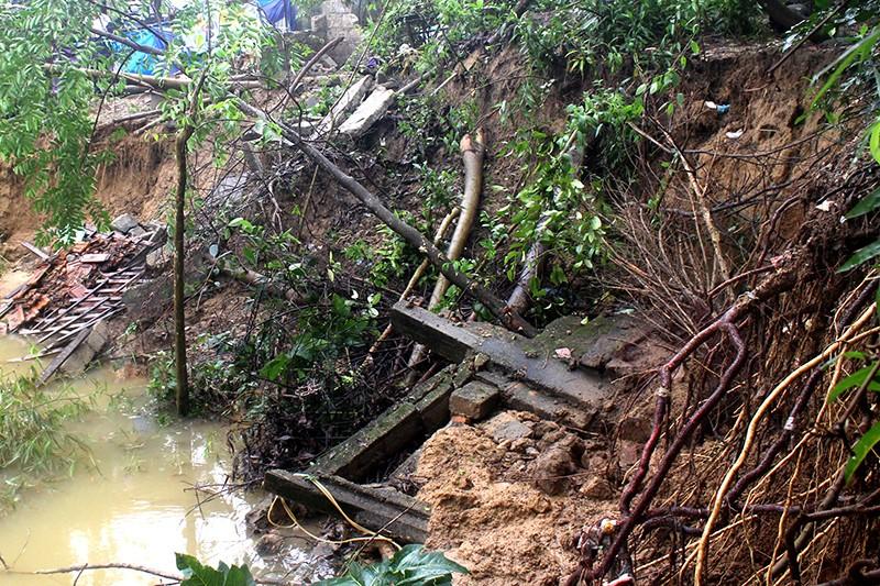 Sạt lở nhiều điểm trên sông Hương, người dân sợ sập nhà - ảnh 1